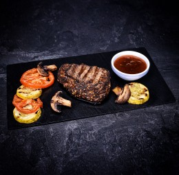 Пеппер-стейк з овочами гриль і соусом BBQ